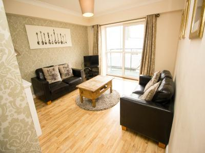 3 bed apt living room